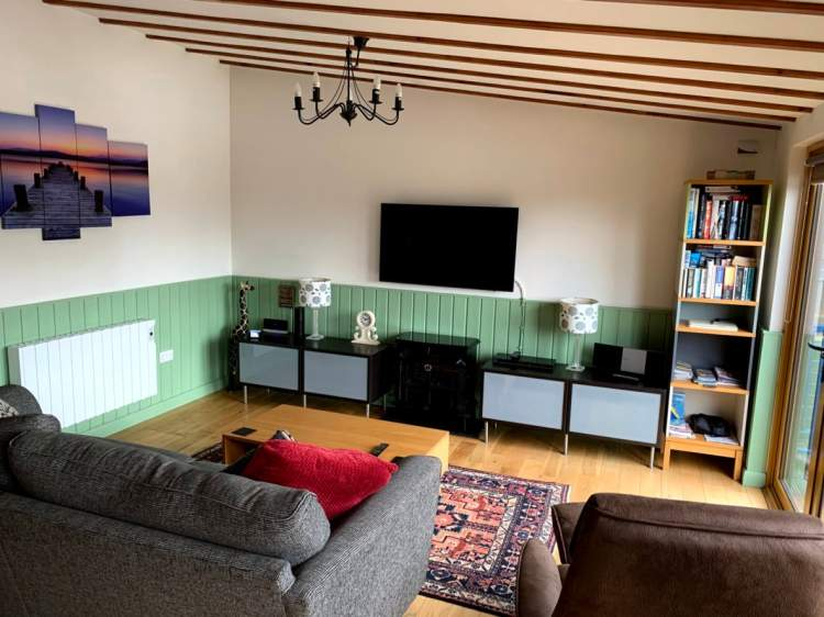 Norfolk Broads Cottages. Swallowdale holiday home lounge